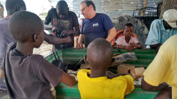 En Joan Carreras ensenya als mecànics de Kuwonku